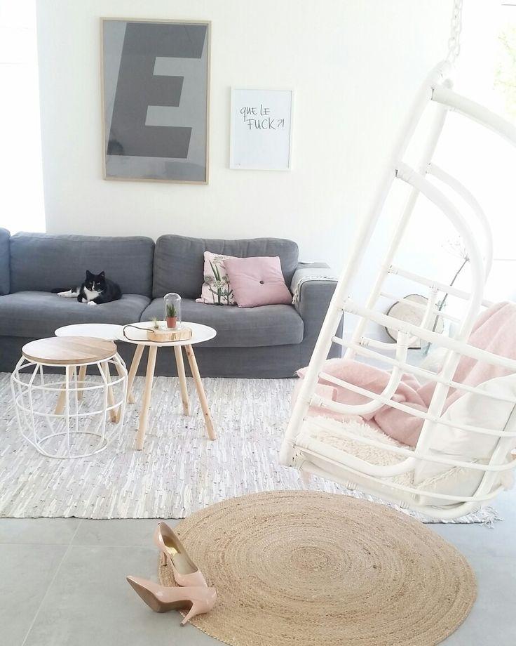 Scandinavisch minimalistisch wonen. Hangstoel The Vibe van Moodadventures. Bank Festone van Basiclabel. www.styledbyeve.nl