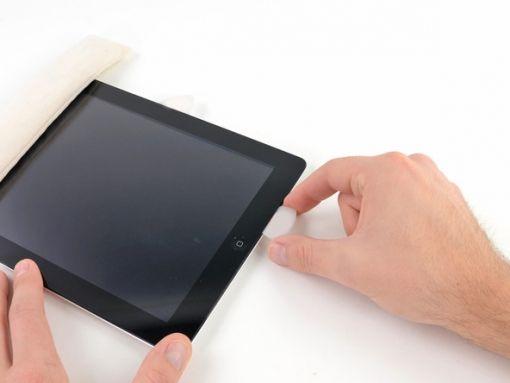 Schritt 15 -        Gehen Sie an der Wi-Fi-Antenne vorbei - das Plektrum sollte jetzt etwa 7.5 cm vom rechten Rand des iPad oder neben der Home-Taste sein - und drücken Sie das Plektrum erneut hinein, diesmal zu seiner vollen Tiefe.      Bewegen Sie das Plektrum nach rechts. Schrauben und ein Kabel sichern die Antenne an der Unterseite des iPad. Diese Aktion wird die Antenne von der Frontplatte lösen.