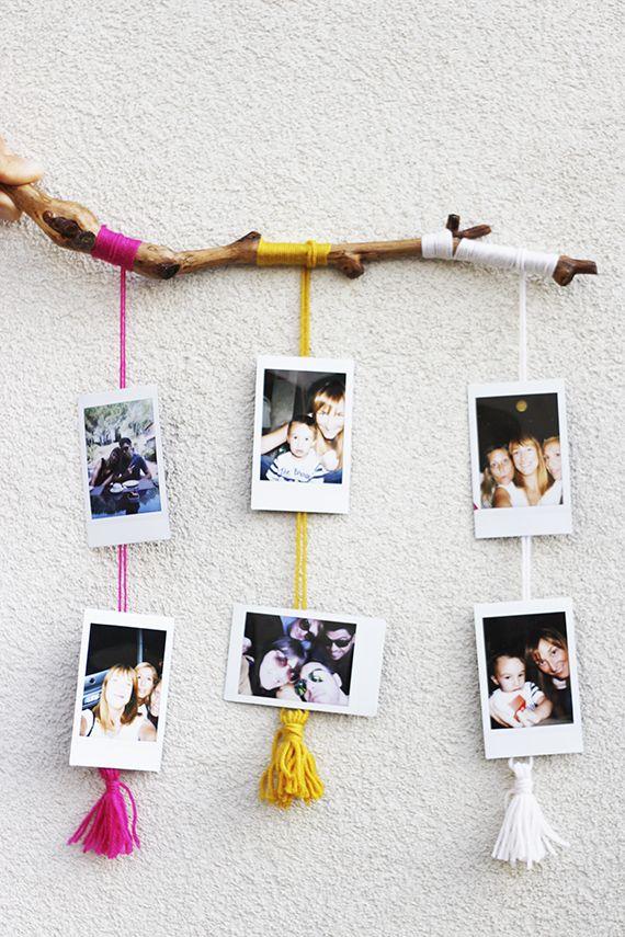 Ecco una simpatica idea per mostrare le vostre foto (io ho usato le mie instax fatte durante le vacanze) … avrete bisogno di un bastoncino d'appoggio colorato (trovate qui come fare quello nella fo...