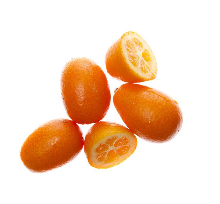 Kumquat – söt citrusfrukt Denna lilla ovala citrusfrukt har sitt urspung i södra Asien. I motsats till de citrusfrukter vi är vana vid är skalet sött och fruktköttet syrligt, speciellt mot mitten av frukten. Ofta äts därför hela frukten, för att balansera smakerna. De är väldigt goda att lägga in och sedan servera till sockerkaka och glass eller som ett syrligt tillbehör till andra efterrätter. Dess friska smak passar också bra till mat. Recept: Gör ett eget kumquatsalt genom att pressa…