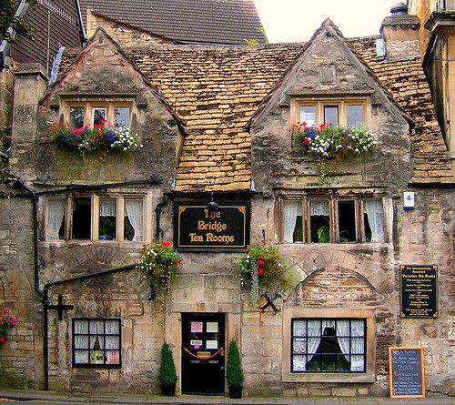 enchantedengland: Bradford on Avon is a magical Dickensian-meets-the-Cotswolds sort of town, although it is not in the Cotswolds but on the A363 Trowbridge to Bath road. It is also not anywhere near Stratford upon Avon, which is much farther north in Warwickshire.