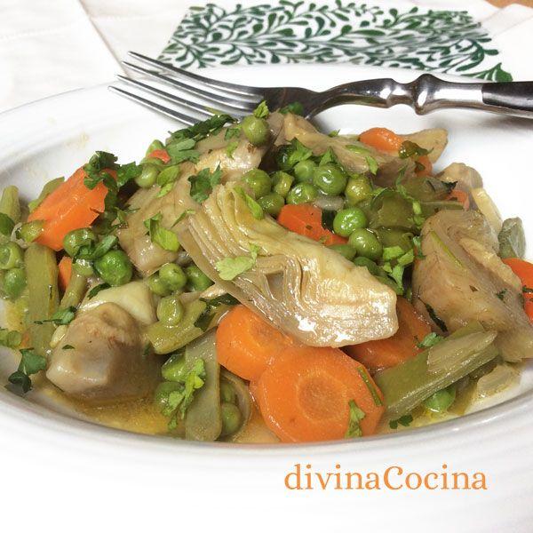 Menestra para 4-5 personas: 200 gr. de habas desgranadas - 2 ó 3 alcachofas tiernas - 200 gr. de guisantes – 2 zanahorias - 200 gr. de judías verdes (mejor de las planas) - 1 patata - Otras verduras opcionales: cardos, pencas de acelgas, coliflor, champiñones, espárragos... o menestra congelada - 1 cebolla - 2 ó 3 dientes de ajo - Laurel - 1 corteza de pan - Perejil - Pimentón - 1 vasito de vino blanco
