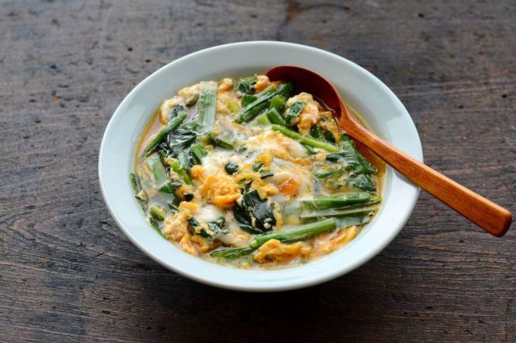"""いちばん丁寧な和食レシピサイト、白ごはん.comの『ニラ玉(ニラの卵とじ)』のレシピです。ニラと卵が主役の簡単晩ごはん。ニラと卵を炒めるレシピもありますが、ここでのニラ玉は""""卵とじ""""です。つゆだくで仕上がるニラ玉はごはんのとの相性ぴったり!写真付きで詳しく紹介しています!"""