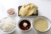 「天ぷらのひらお」  天ぷら定食:670円 きす・白身・青魚・いか・野菜3品。 他県に住んでいて、福岡に来て福岡の食の良さを感じるのが、新鮮な魚がおいしいことですが、魚のてんぷらも、安くておいしく、お腹一杯(若い頃)食べれることもありますね。  同じようにてんぷらを提供してくれる店は福岡にいくつかありますが、最近は「天ぷらのひらお」が多いですね。本店は驚異の回転率で、さすがです。