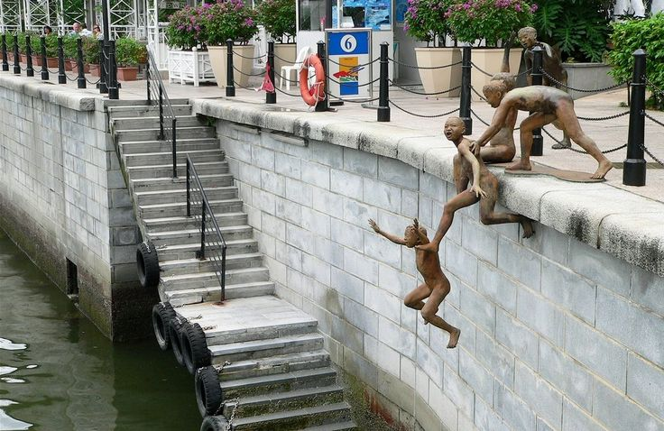 Find more pictures http://666travel.com/people-of-the-river-sculpture-singapore/