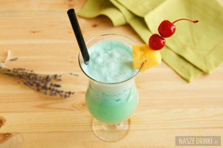 Blue Hawaii to świetny drink, który wprowadzi Was w wakacyjny nastrój. Wszystko dzięki kieliszkowi typu Hurricane, w którym najlepiej jest podawać ten koktajl, ozdobie w postaci kawałka ananasa (warto również dodać kolorową parasolkę), niebieskiemu kolorowi oraz tropikalnemu smakowi. Blue Hawaii został wymyślony w 1957 przez barmana Harry Yee w Waikiki na Hawajach. Do przygotowania drinka potrzebne są: biały rum, likier blue curacao, sok ananasowy, mleczko kokosowe (oryginalnie używa się ...
