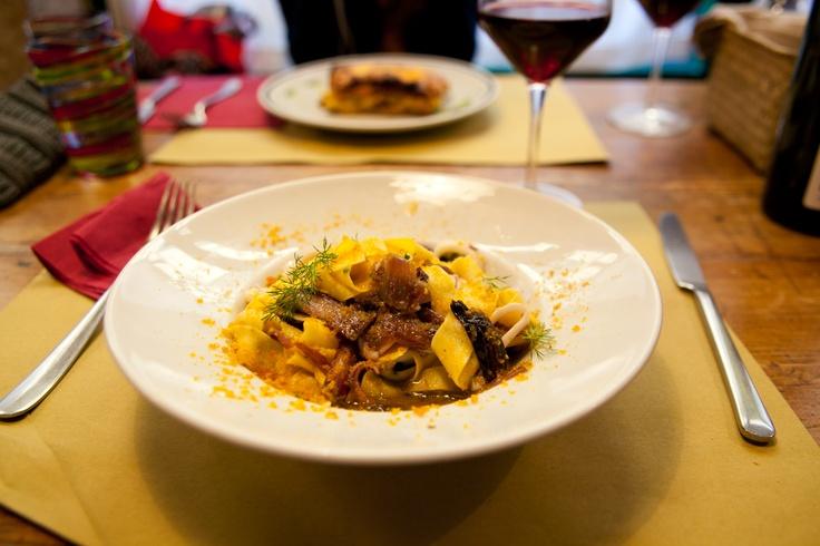 Il Primo piatto besteht meistens aus Pasta: Pappardelle con calamari.