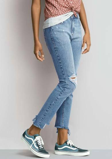 5c709cfc95 Calça Jeans Skinny Feminina Com Barra Assimétrica Desfiada