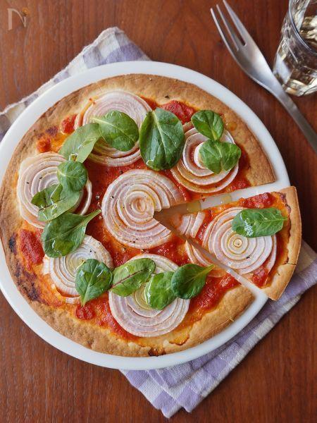 市販のピザ生地に輪切りにした新玉ねぎをのせて焼きました。輪切りの見た目も可愛く、新玉ねぎは甘いので子供も喜びます。みずみずしい新玉ねぎとクリスピータイプのピザ生地との食感のコントラストも楽しいです。