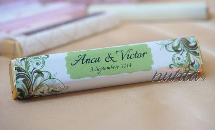 Marturie de nunta tableta de ciocolata Fairy Garden, decorata cu o eticheta eleganta, alba, cu modele florale si chenar in nuante de verde. Eticheta se personalizeaza cu numele mirilor si data nuntii.