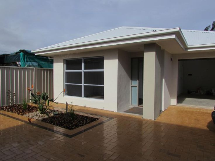 Modern Courtyard in Located in Small Group Close to Beach & City.