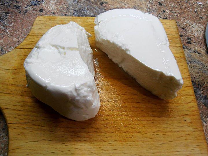 Balkánský sýr z tvarohu Tvaroh 275 g vložíte do uzavíratelné misky a zalijete osolenou vodou tak, aby byl úplně potopený. Nálev dělám v poměru 35 g soli na litr vody. Tento poměr odpovídá slanosti kupovaného sýru. My máme rádi sýr hodně slaný, kdo chce, aby byl jemnější, ubere sůl podle své chuti. Misku pevně uzavřete a nechte v lednici týden uležet.