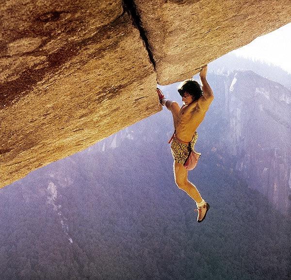 """Wolfgang Güllich, un marziano. E' colui che ha perfezionato l'allenamento scientifico nell'arrampicata. Ci sono così tanti aneddoti su di lui che ti chiedi come abbia potuto morire a soli 32 anni in un incidente stradale, dopo aver tentato in tutti i modi di ammazzarsi slegato su vie di montagna durissime.  Nella foto di Heinz Zak: W.G. sulla storica prima salita senza corda del 1986 di """"Separate Reality"""", 5.11d, Yosemite.  http://it.wikipedia.org/wiki/Wolfgang_G%C3%BCllich"""