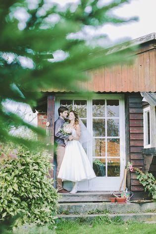 Rustikale Hochzeit im Herbst mit schlichtem Hochzeitskleid und Schleier (Foto: Le Hai Linh)