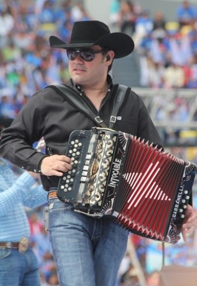 Ricky Munoz de Intocable!which why Intocable is awesome!;)y echele Intocable!!