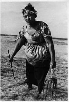 """Siniua Sosene, Fakaofo, Tokelau"" 1971 di Marti Friedlander"