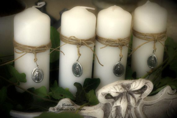 Bougies de l'Avent (lot de 4) blanches ornées d'une médaille pieuse, féerie au naturel 20 E