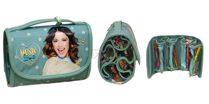 Disney Violetta astuccio borsetta con chiusura a strappo, al suo interno si trovano 4 contenitori con chiusura a zip pieni di colori. Contiene: 18 matite colorate Fila + 18 pennarelli Giotto.  www.favilu.com - www.favilu.it