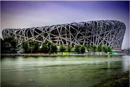 EL NIDO DE PÁJAROS, su nombre real es  el Estadio Nacional de Pekín. Acogió a las ceremonias de las Olimpiadas del 2008. Es la estructura de acero más grande del mundo, y solo llevo cinco años su construcción. Fuente: Mism2