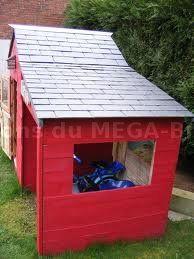 cabane en bois colorée faite en palettes