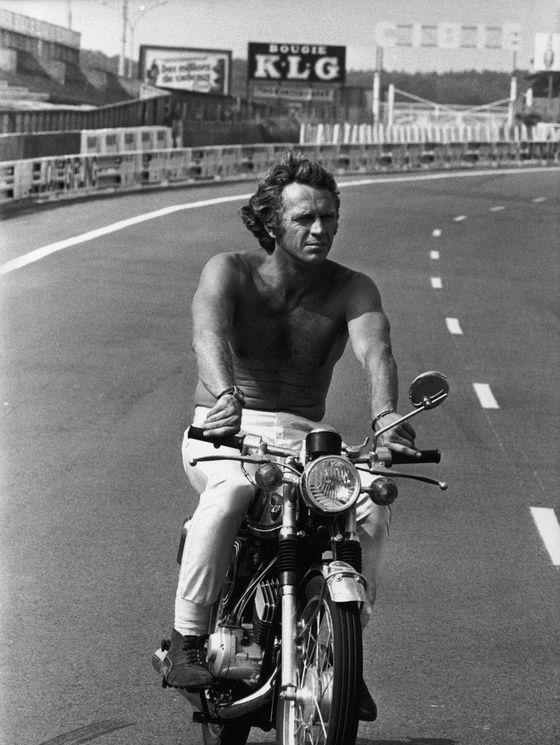 Les stars au naturel | Vanity Fair Steve McQueen au Mans, sur le tournage du film éponyme, en 1970.