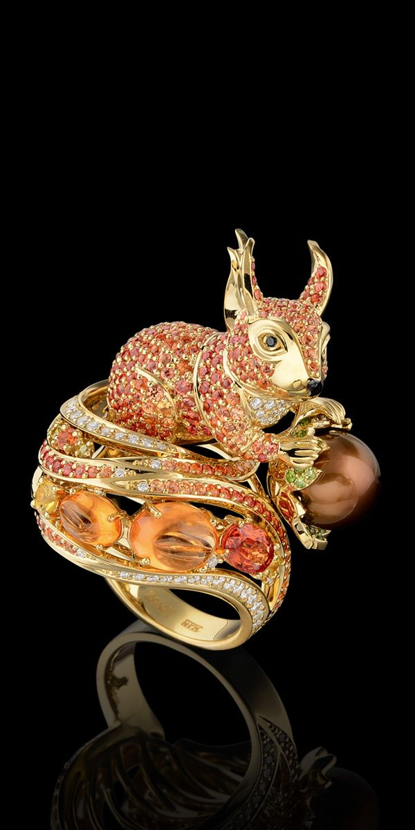 Squirrel ring of 18K yellow gold, chocolate sea pearls, diamonds, yellow diamonds, black diamonds, spesartine, orange sapphires, demantoid.