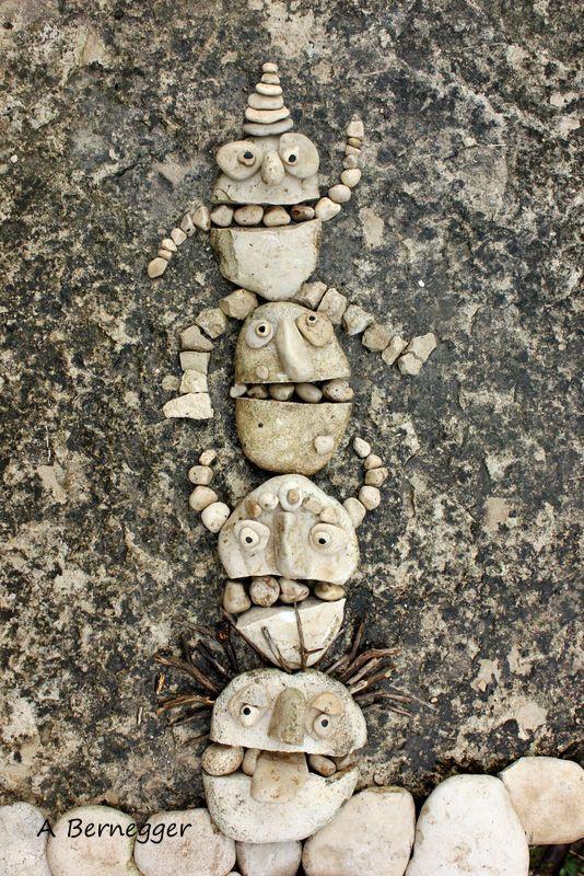 Totem joyeux (Installation), 40x50 cm by Alain Bernegger Installation de galets sur un rocher
