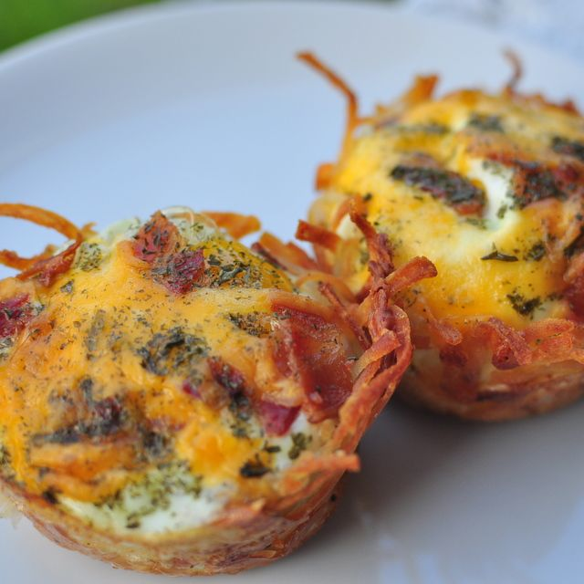 Hash Brown, Egg and Bacon Cups made in a muffin tin. Use frozen hash browns - so it's super simple.