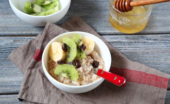 Äppleskivor med yoghurt- och jordnötssmörsdipp Blanda en dipp av fettfri grekisk yoghurt med jordnötssmör och en nypa kanel och dippa sedan skivorna av ett äpple i det.  Proteinsmoothie...