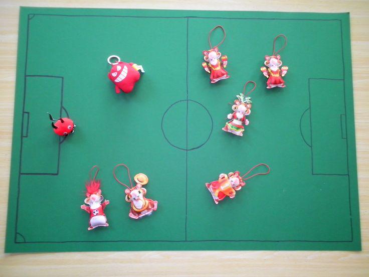 maak van een groot groen blad een voetbalveld + spelers *liestr*