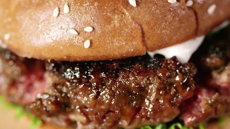 動物性の原材料はまったく使わずに植物100%でできているのにも関わらず、匂い、食感、味のどれをとっても牛肉としか思えない食べ物「Impossible Foods」を、スタンフォード大学の生化学者パ