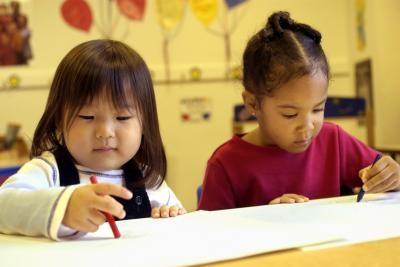 Como fazer um portfólio simples para alunos em pré-escola   eHow Brasil