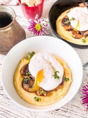 Утренняя полента с грибами и яйцом пашот
