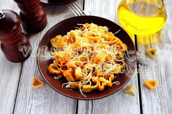 Макароны в мультиварке с сыром и овощамию На каждые 100г макаронных изделий нужно добавить 1 мерный стакан кипятка (160мл)
