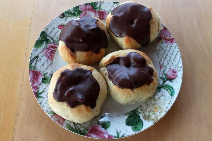 Disse fastelavnsboller er fyldt med creme og chokolade. De er så lækre, at de sagtens kan spises hele året rundt og ikke kun til fastelavn.