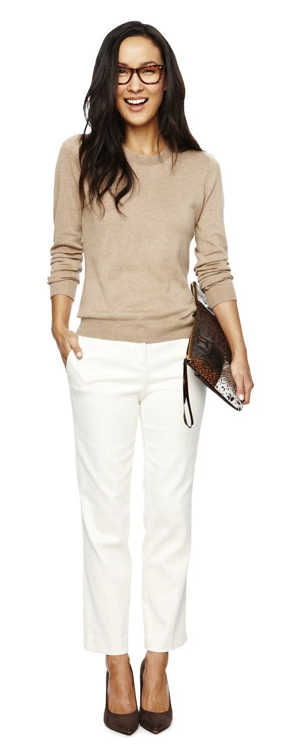 Woman wearing white pantsand casual sweater for her work attire | Skirt the ceiling @ skirt the ceiling.com