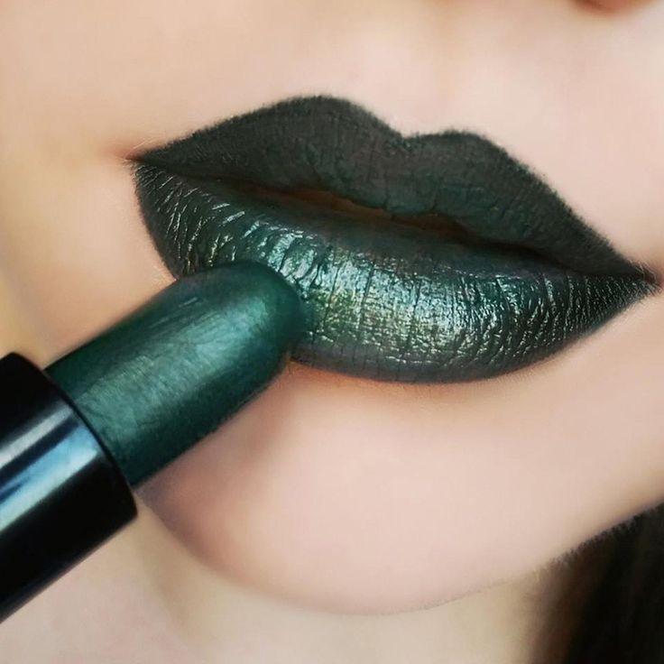 Makeup Revolution Lipstick - Serpent - Dark Green