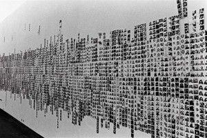 Franco Vaccari, Esposizione in tempo reale n° 4: lascia su queste pareti una traccia fotografica del tuo passaggio, 1972