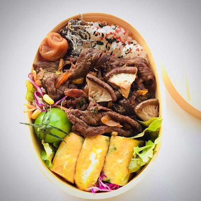 ・ おはようございます😊 牛肉弁当です♪ ・ 今日は1129いい肉の日らしいのですが、お安いお肉です😅 ・ なので、また甘酢醤油で炒めたら柔らかくなりました✌️😄 椎茸はバター醤油味。 ごはん敷きつめてあります…重っ💦 ・ 2017/11/29 #お弁当 #わっぱ弁当 #男子弁当 #bento #japanesefood #instafood #のっけ弁当 #foodstagram #クッキングラム #デリスタグラマー #肉 #いい肉の日 #肉 #おひるごはん #男飯 #がっつり弁当 #男子ごはん