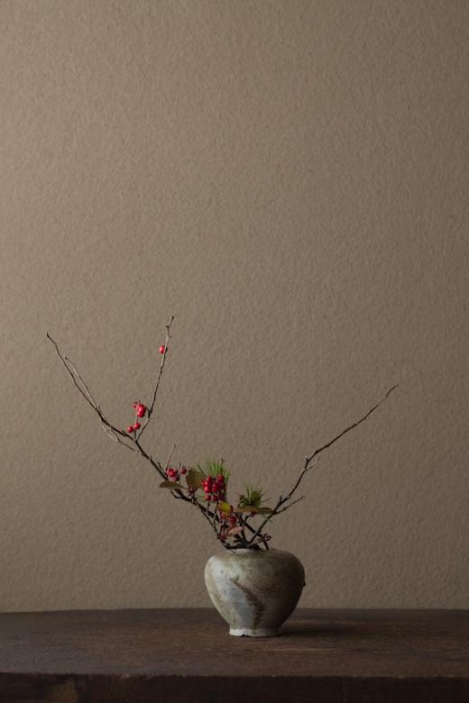 2012年1月9日(月) 葉が梅に似ていることからウメモドキに。花の名はときに残酷です。 花=梅擬(ウメモドキ)、ヒサカキ、根引松(ネビキマツ) 器=猿投小壺(平安時代)