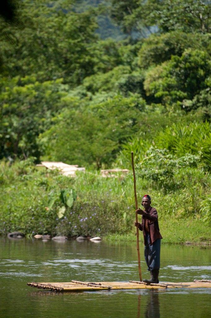 Loger chez l'habitant en Jamaïque (Detour Local) -> Traverser la rivière sur un radeau de bambou www.detourlocal.com/loger-chez-lhabitant-en-jamaique/