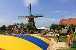 Mühle der Jonge Johannes Das ist ein riesiger Spielplatz mit Sandgelände, Klettergerüsten, Fahrzeugen, Hüpf-Bombo und Streichel-Ziegen. Außerdem gibt es noch Mini-Golf und 2 Café in denen die Eltern verweilen können während die Kids spielen. Adresse:Vrouwenpolderseweg 55A, 4353 BS Serooskerke,