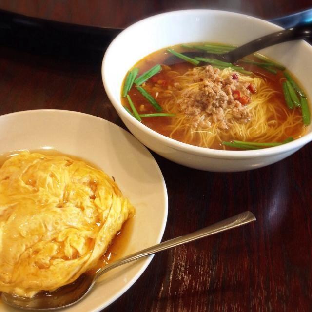 四川麺は台湾ラーメンに似ているけど、さっぱりした辛味のスープに、極細麺。 この極細麺がとっても美味しかった。  - 136件のもぐもぐ - 四川麺と天津飯 by madammay