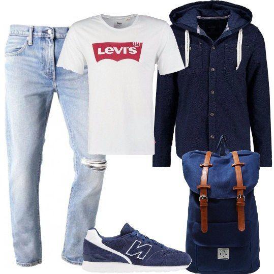 Jeans in denim blu chiaro, t-shirt a maniche corte con logo stampato, giacca con cappuccio e bottoni, sneakers con logo laterale, zaino con chiusura con fibbie e tasca frontale.
