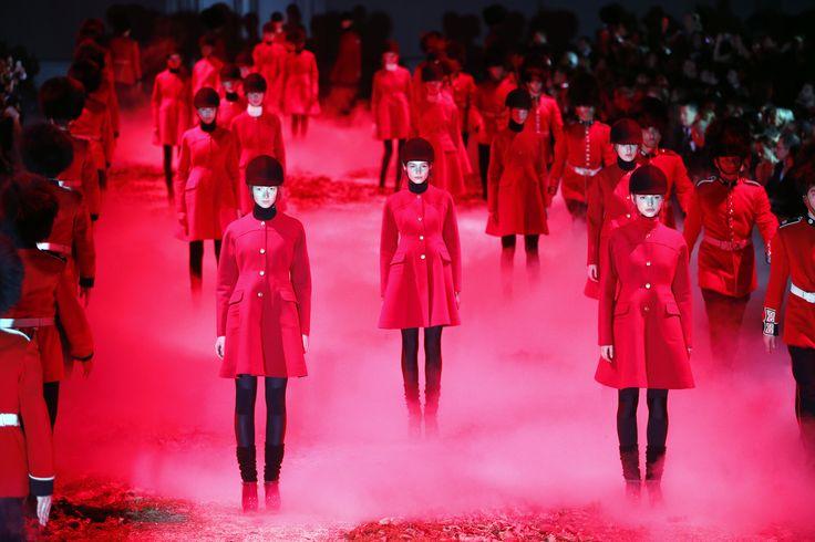 Para model menampilkan karya desainer Italia Giambattista Valli sebagai bagian koleksi Musim Gugur/Musim Dingin 2015 - 2016 untuk rumah mode Moncler Gamme Rouge dalam Pekan Fashion Paris di Perancis.