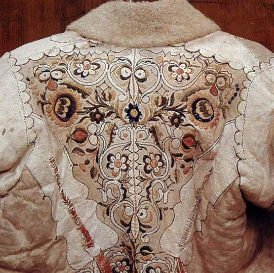 Ködmön fehér bőrrátéttel és színes selyemhímzéssel (Békés, Békés m., 19. sz. közepe) Bp. Néprajzi Múzeum