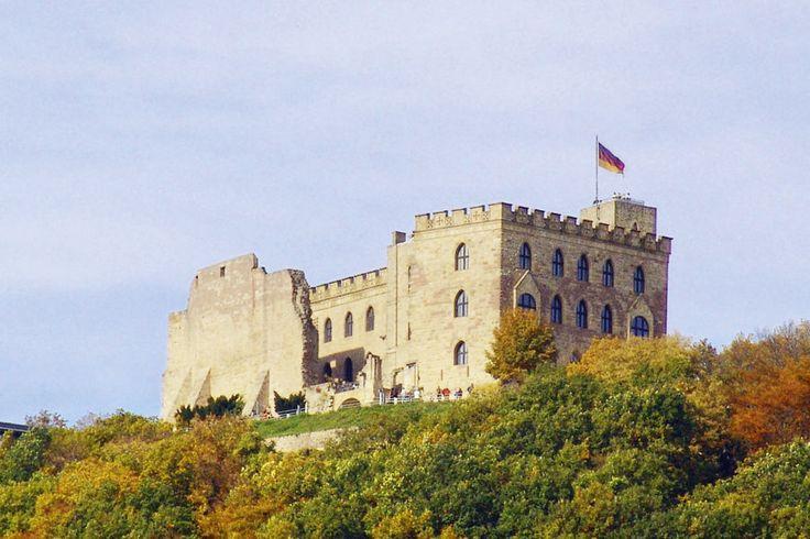 Weiter Blick über die Rheinebene und geschichtsträchtige Mauern: das Hambacher Schloss.