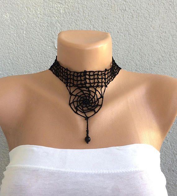 Gargantilla de ganchillo con cuentas negro, tela de araña con motivos gargantilla. ¡Perfecto para Halloween! Encaje gótico collar de gargantilla, collar de la mujer, ideal para regalo! El collar es de ganchillo de hilo de algodón negro y granos negros. Tiene una parte de metal del cierre y la longitud es ajustable. ¡Gargantilla tipo de cuello, un poco gótica y elegante! Tamaño: Longitud: aproximadamente 30 cm (11.5), 40 cm (16)(with chain) y ajustable Otros collares de gargantilla…