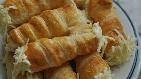 Hozzávalók: 1 csomag leveles tészta 1 tojás felverve – a kenéshez A töltelékhez: 15 dkg reszelt sajt 2,5 dl habtejszín 6 tojássárgája 12 dkg vaj 1 mk. só 1. A leveles tésztát kinyújtjuk 3-4 mm vastagra. A sütőt előmelegítjük 200 fokra. 2. 1-2 cm széles csíkokat vágunk belőle, és kis habrolócsőretekerjük úgy, hogy kicsit fedjék egymást a tésztacsíkok. Felvert tojással lekenjük, sütőpapírral bélelt tepsire helyezzük, és kb. 15-20 percig sütjük, míg szép aranysárga lesz. 3. Kivesszük, és mé...