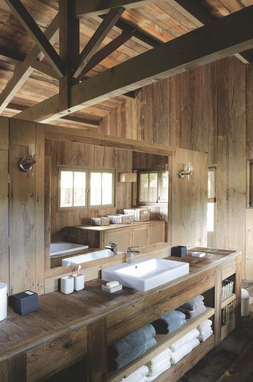 Salle de bains en bois. Plus de photos sur Côté Maison http://petitlien.fr/7ihc